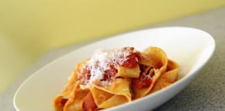 Tagliatelle s rajčatovou omáčkou a salsiciou